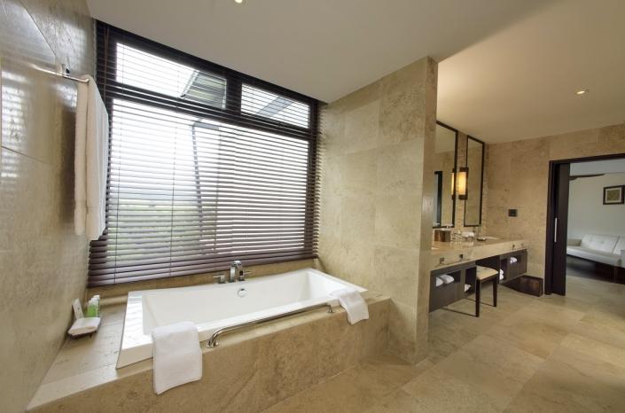 Pikaia Lodge Bathroom